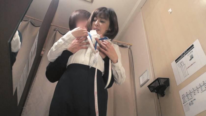 試着室で熟女店員にチ○ポ出して裾上げをお願いしたら 2  サンプル画像6