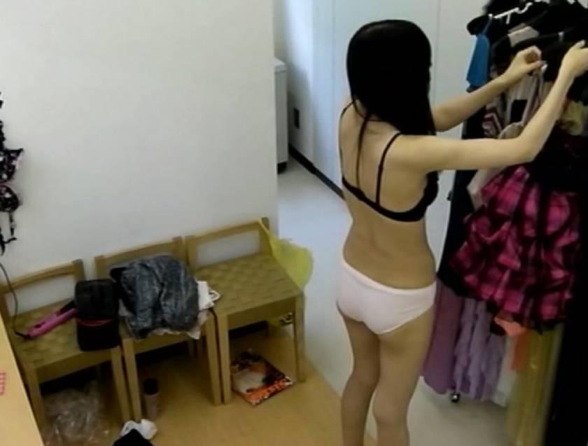 都内某高級キャバクラ 金に困った店長がプロ盗撮者に更衣室にカメラを仕込ませた噂の映像。  サンプル画像6