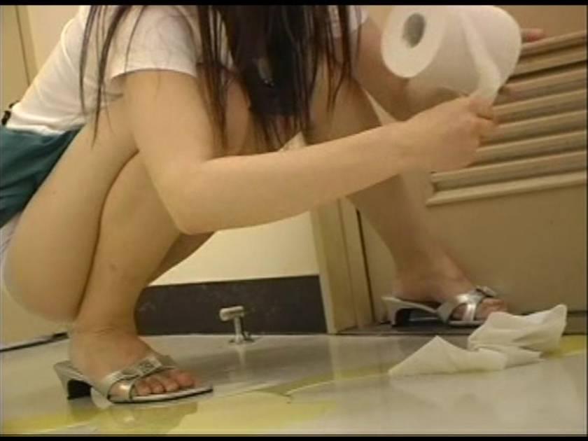 トイレが空いてなくて我慢しきれずおしっこしちゃいました…  サンプル画像7