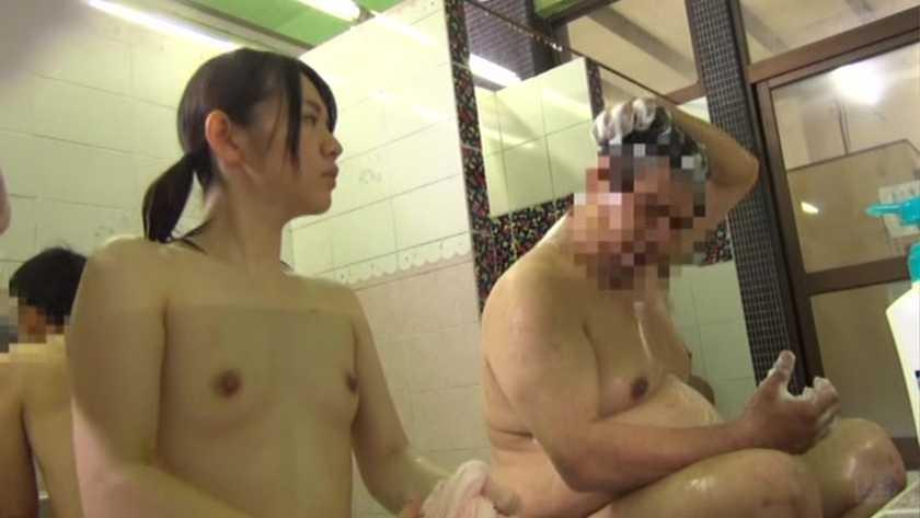 銭湯の男湯に父親と入ってくる少女を狙った盗撮いたずらわいせつ映像  サンプル画像8