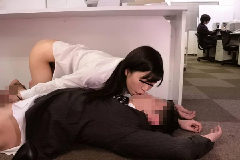 ヤリマン女子社員に狙われた僕! 2 あの手この手でギン勃ちさせられ、机の下でくわえこんで放さない。社内で即ハメを求めてこられ僕は先輩女子社員の性奴隷にされちゃった  サンプル画像8