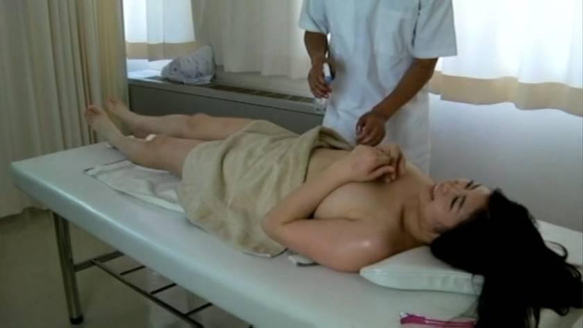 エロマッサージでぬるぬるの濡れ濡れになった人妻をハメる悪徳マッサージ師  サンプル画像9