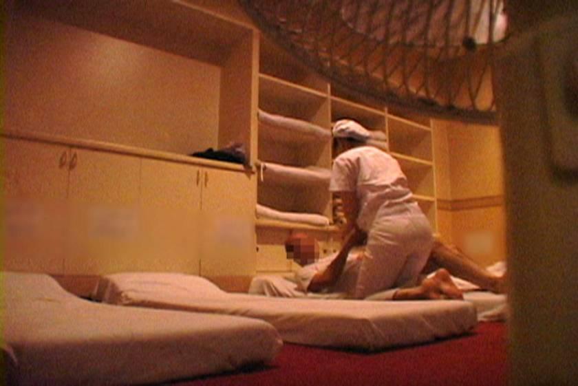 清掃中の熟女掃除婦さんを密着して口説いたらエロい事ができるのか?  サンプル画像9