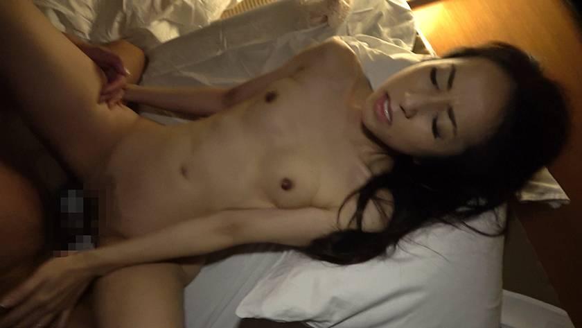 寝込みを襲われた民宿のおかみ 快楽堕ちした熟女の膣奥に濃厚射 サンプル画像10