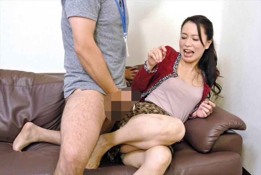 人妻さんが他人男とAV鑑賞したら興奮しちゃって…素人人妻25 サンプル画像10