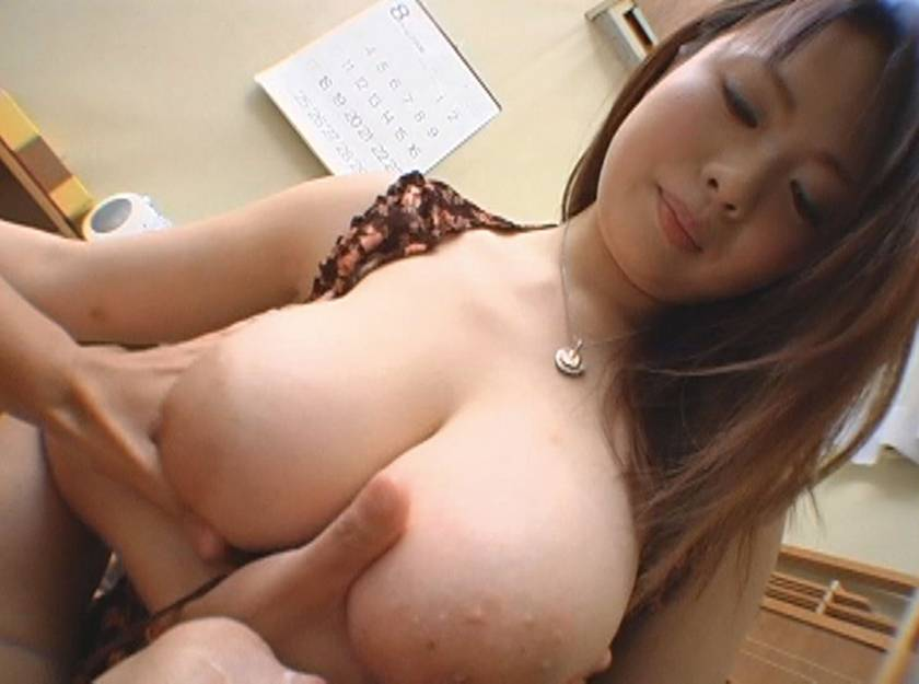 美人ママの柔らかい巨乳に包まれ勃起乳首を吸いながら授乳手コキ サンプル画像11