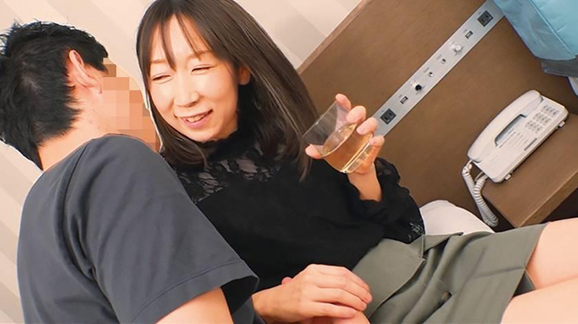 @新宿 地方の人妻限定 巨大バスターミナル前で訳アリ人妻をナ サンプル画像12