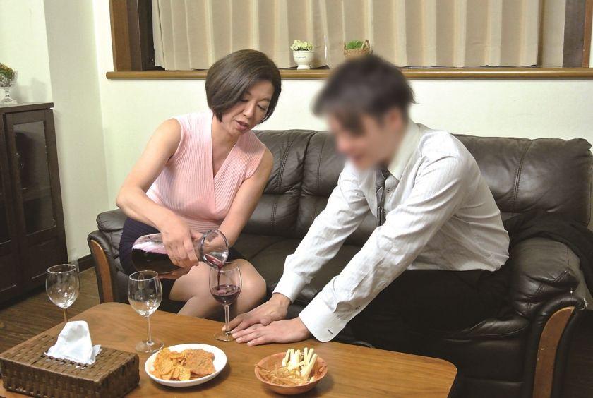 真面目な五十路の妻を酔わせて、若い部下と二人きりにしたら…1 サンプル画像13