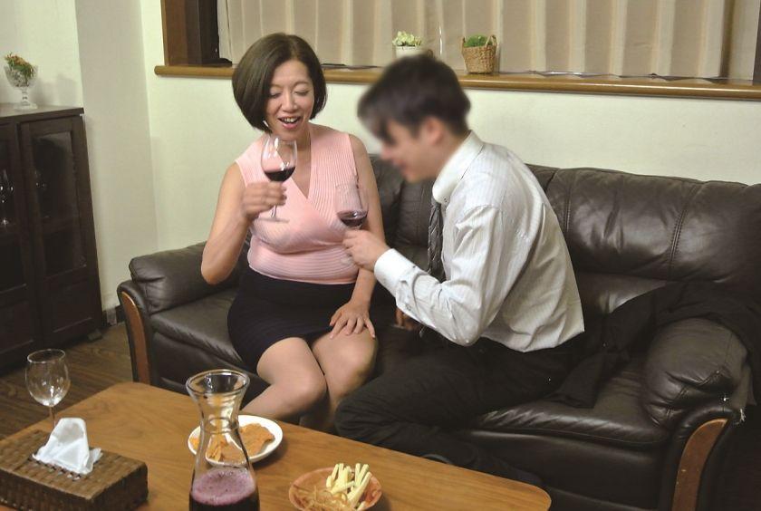 真面目な五十路の妻を酔わせて、若い部下と二人きりにしたら…1 サンプル画像14