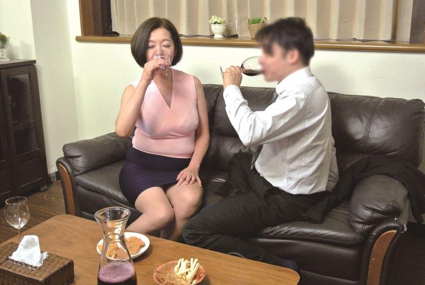 真面目な五十路の妻を酔わせて、若い部下と二人きりにしたら…1 サンプル画像15