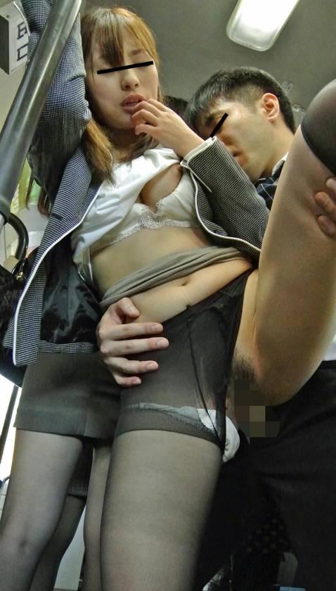通勤満員バスのOL黒パンストむっちり尻が辛抱たまらん!勃起チ サンプル画像16