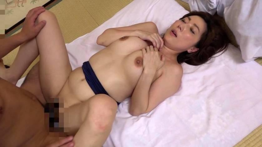 山奥なのになぜか大人気の温泉宿に美乳痴女たちが潜入して男性客 サンプル画像19