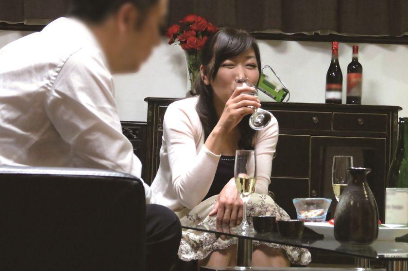 真面目な五十路の妻を酔わせて、若い部下と二人きりにしたら…1 サンプル画像1