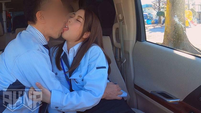【勤務中NTR】 同僚の美しき人妻を勤務中に口説きSEX堕ち サンプル画像1