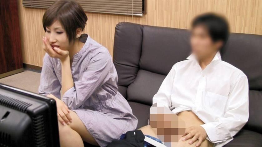 人妻さんが他人男とAV鑑賞したら興奮しちゃって…素人人妻25 サンプル画像1