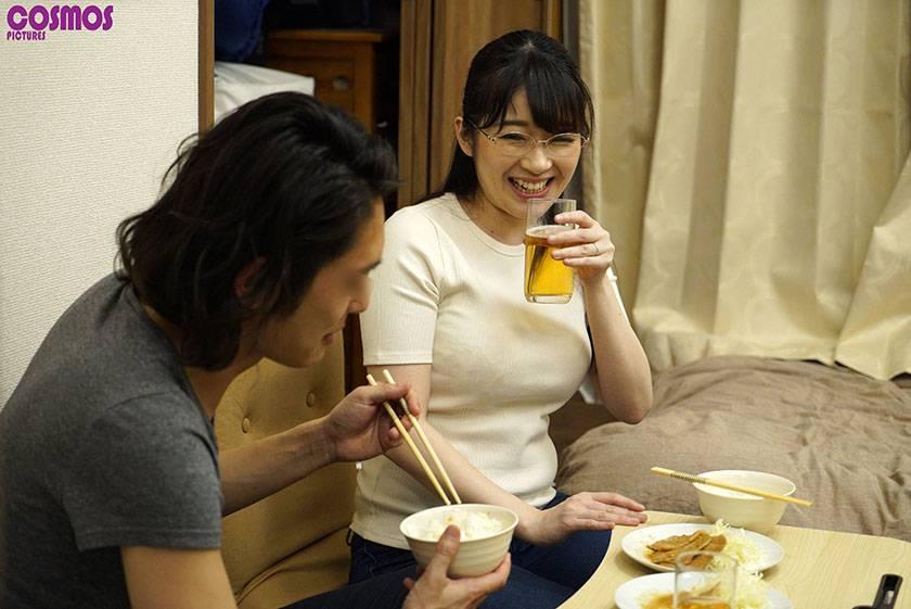 素人妻が一般大学生の自宅にコンドーム1つ渡され一泊 一度のゴ サンプル画像1