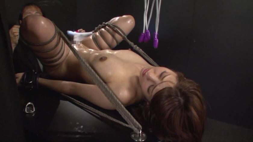 緊縛大開脚で秘奥をさらされ気を失うまで責められる美少女 サンプル画像1