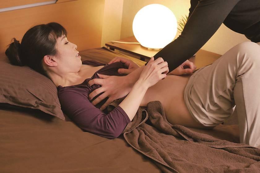 「油断は禁物…」 息子が母親の身体をマッサージ中にズボンを下 サンプル画像2