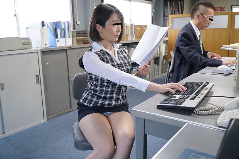 風俗嬢をしていると噂のソソるセクシーモテモテ女子社員と二人き サンプル画像2