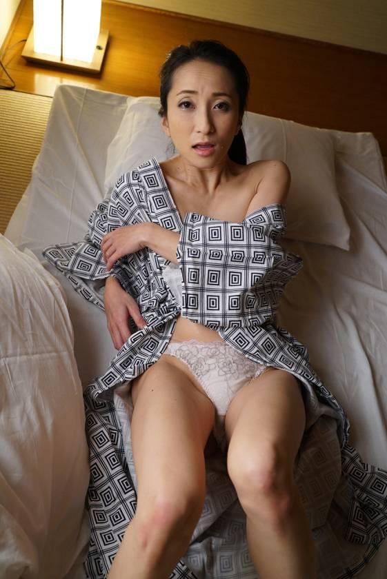 寝込みを襲われた民宿のおかみ 快楽堕ちした熟女の膣奥に濃厚射 サンプル画像3