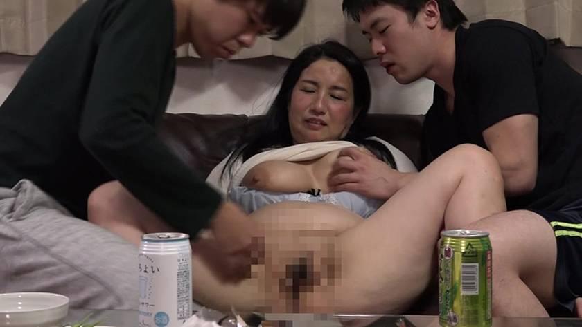 酔うといつもチンポを触ってくる義母と近●相姦SEXできるか試 サンプル画像3