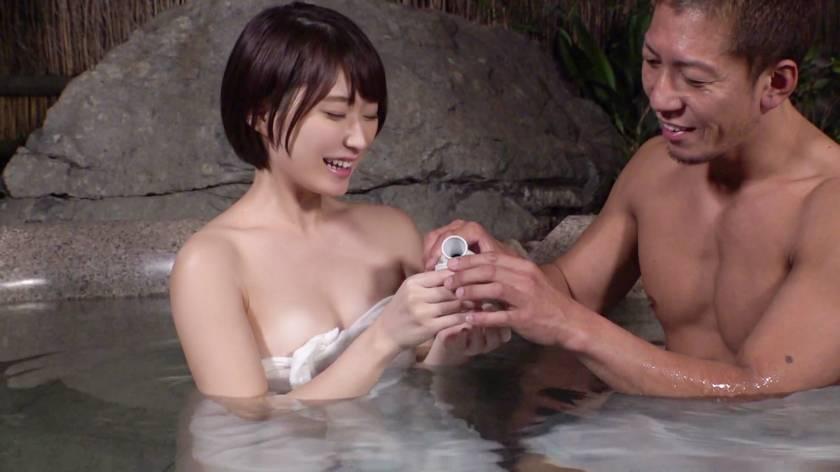 カップルに人気の混浴温泉でNTR企画!清楚なショートヘア美女が彼氏に内緒で他人棒ハメられ孕ませ汁受け入れww サンプル画像3