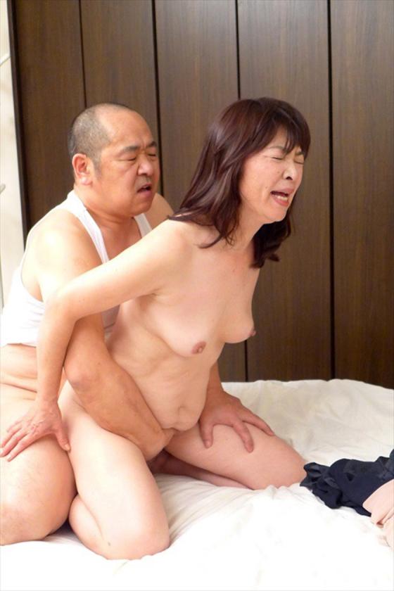 昭和の純情妻は犯される 六十路の母に中出しする絶倫中年息子  サンプル画像4