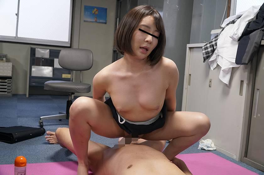 風俗嬢をしていると噂のソソるセクシーモテモテ女子社員と二人き サンプル画像4