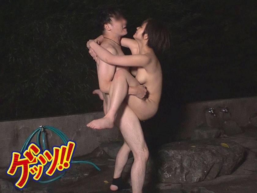 デカパイ山ガールを騙しナンパ!!混浴露天に連れ込んで水中3P サンプル画像4