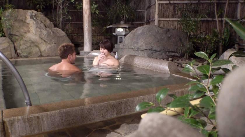 カップルに人気の混浴温泉でNTR企画!清楚なショートヘア美女が彼氏に内緒で他人棒ハメられ孕ませ汁受け入れww サンプル画像5