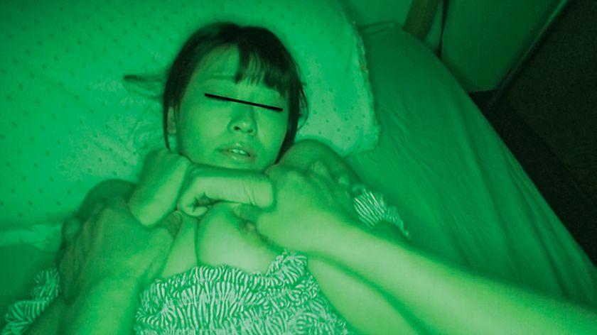 眠る女は格好の獲物!暗がりから忍び寄る魔の手に寝込みを襲われ サンプル画像6
