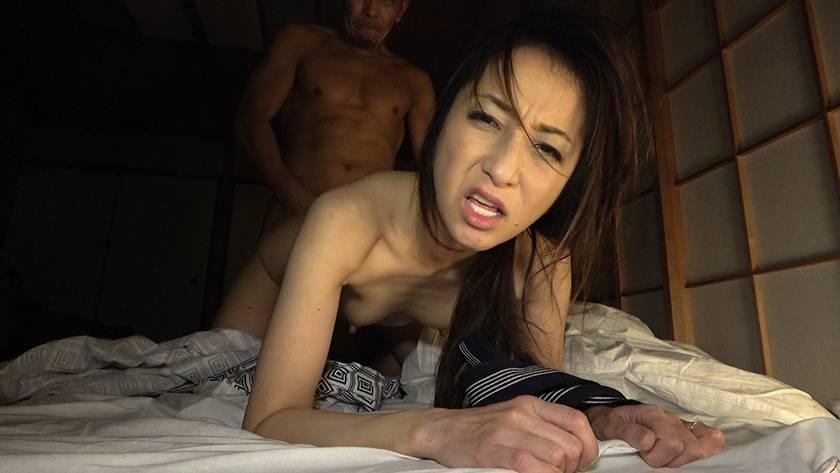 寝込みを襲われた民宿のおかみ 快楽堕ちした熟女の膣奥に濃厚射 サンプル画像8