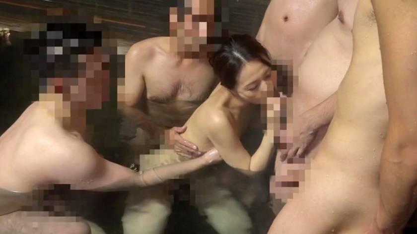 山奥なのになぜか大人気の温泉宿に美乳痴女たちが潜入して男性客 サンプル画像8