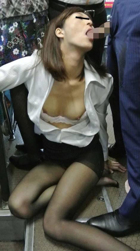 通勤満員バスのOL黒パンストむっちり尻が辛抱たまらん!勃起チ サンプル画像9