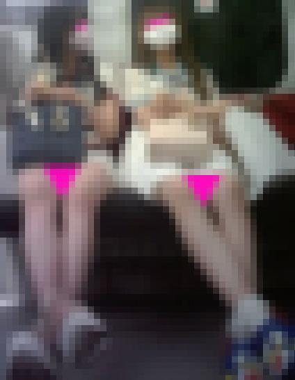 シリーズ010 【顔出し】2人組可愛い女子大生の生足美脚セット サンプル画像1